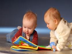 Bé 6 tháng tuổi đã biết đọc sách