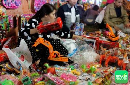 Chọn mua đồ chơi cho trẻ em