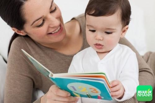 6 tháng tuổi bé bắt đầu thấy thích thú với những hình ảnh ngộ nghĩnh trong sách