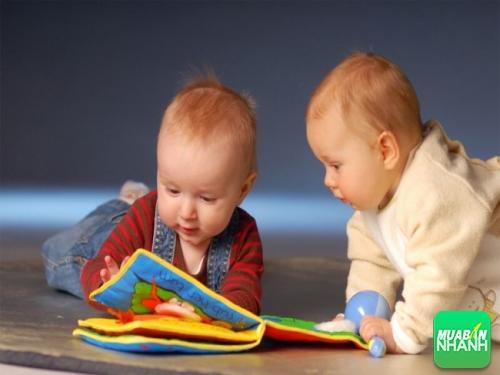 Gợi ý cho mẹ cách cho bé làm quen với sách từ 6 tháng tuổi