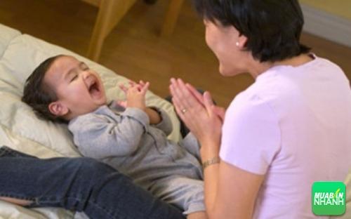 Giao tiếp với bé là cách giúp bé học nói nhanh nhất